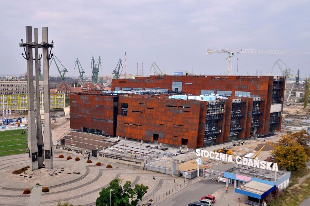 El Centro Europeo de la Solidaridad, a la izquierda el Monumento a los trabajadores caídos de los astilleros que fueron asesinados durante la huelga de 1970; Foto Ania Anna Kotula de Tour Guide Service Gdansk.